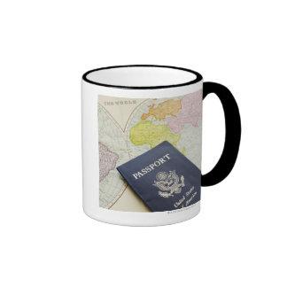 Primer del pasaporte que miente en mapa tazas