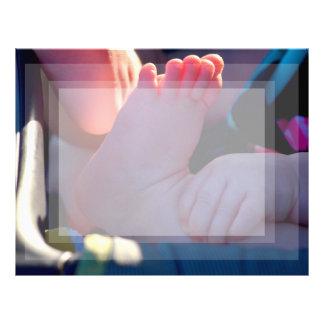 primer del pie del bebé con la tenencia de la mano membrete