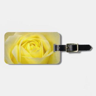 Primer del rosa amarillo etiqueta de maleta