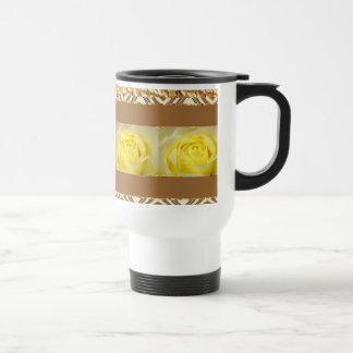 Primer del rosa amarillo taza de café