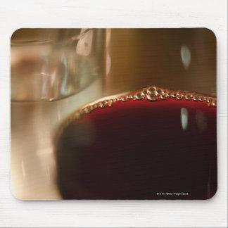 Primer del vidrio con el vino rojo mousepads