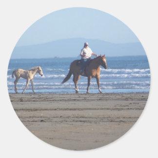 Primer día en la playa pegatina redonda