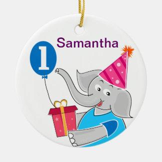 Primer elefante del cumpleaños con el globo adorno de navidad