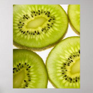 Primer extremo de cuatro pedazos de kiwi cortado póster