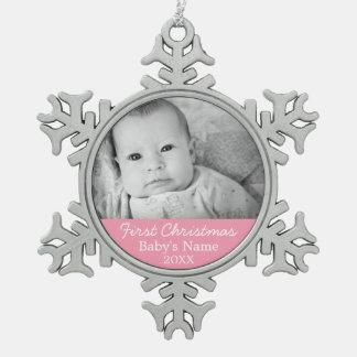 Primer fondo del chica del rosa de la foto del adorno de peltre en forma de copo de nieve