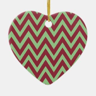 Primer galón del navidad junto adorno de cerámica en forma de corazón