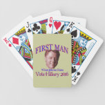 Primer hombre baraja cartas de poker