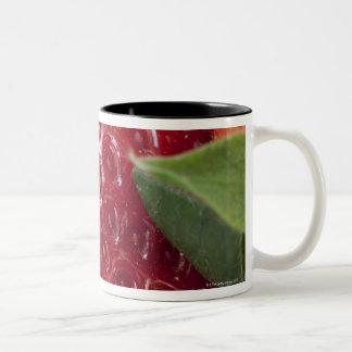 Primer lleno del marco de una fresa taza de café de dos colores