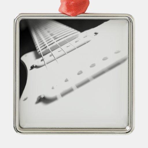 Primer monocromático 2 de la guitarra eléctrica de adorno navideño cuadrado de metal