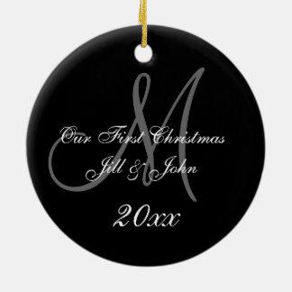 Primer monograma del ornamento el del navidad de adorno de reyes