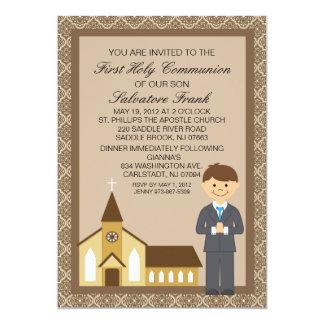 Primer muchacho de la comunión por la invitación