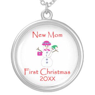Primer navidad de la nueva mamá colgante redondo