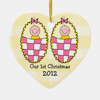Primer navidad de los chicas gemelos adorno navideño de cerámica en forma de corazón