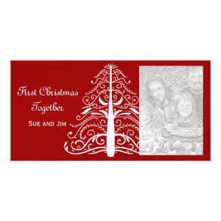 Primer navidad del árbol de navidad blanco junto tarjetas personales con fotos