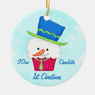 Primer nombre de la magdalena del muñeco de nieve adorno navideño redondo de cerámica