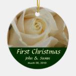 Primer ornamento color de rosa de marfil del navid adorno de reyes