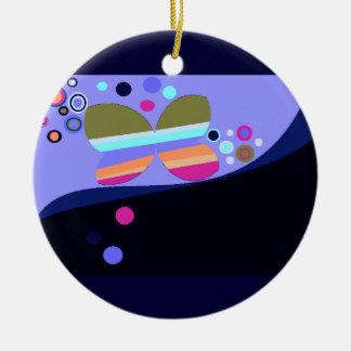 Primer ornamento de la mariposa del navidad del adorno redondo de cerámica