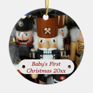 Primer ornamento del cascanueces del navidad del adorno navideño redondo de cerámica
