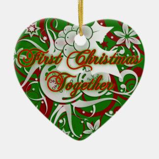 Primer ornamento del corazón del navidad junto adorno para reyes