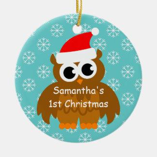 Primer ornamento del navidad con el búho de santa adorno navideño redondo de cerámica