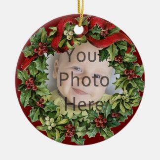 Primer ornamento del navidad del acebo del bebé adorno navideño redondo de cerámica