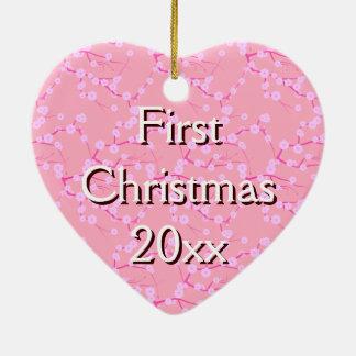 Primer ornamento del navidad en las flores de adorno navideño de cerámica en forma de corazón