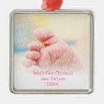 Primer personalizable del navidad el   del bebé adorno navideño cuadrado de metal