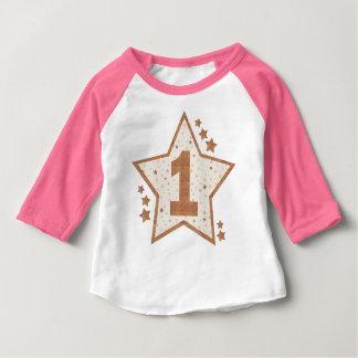 Primer rosa del cumpleaños y estrella del oro playera de bebé