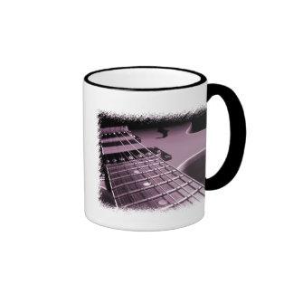Primer rosado de la guitarra eléctrica tazas de café