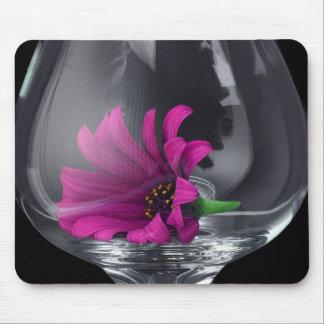 Primer rosado de la margarita en copa de vino mousepad