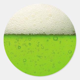 Primer verde de la cerveza pegatina redonda