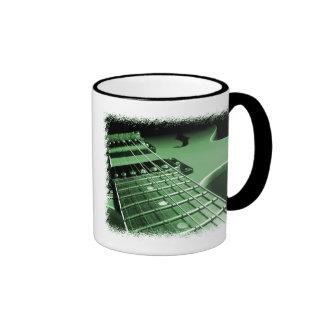 Primer verde de la guitarra eléctrica taza de café
