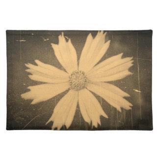 Primer viejo de la flor del cosmos del amarillo de mantel individual