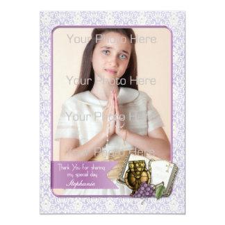 Primera comunión, tarjeta púrpura de la foto del invitación 12,7 x 17,8 cm