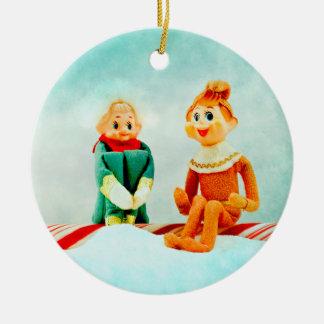 Primera fecha del duende adorno navideño redondo de cerámica