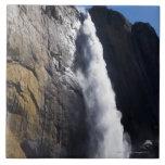 Primera luz en la caída superior de Yosemite en el Azulejos