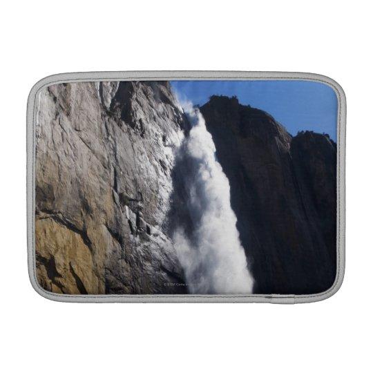 Primera luz en la caída superior de Yosemite en el Funda Para Macbook Air