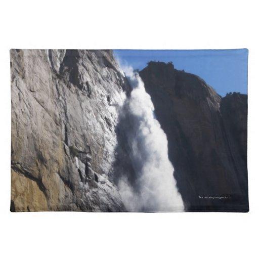 Primera luz en la caída superior de Yosemite en el Mantel Individual