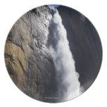 Primera luz en la caída superior de Yosemite en el Platos
