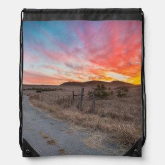 Primera puesta del sol del día mochila