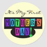 Primeras camisetas y regalo del día de madre de pegatina redonda