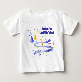 Primeras enredaderas del camisetas del muchacho de camisas