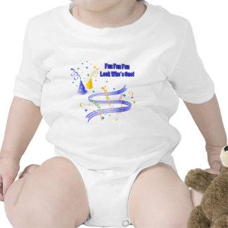 Primeras enredaderas del camisetas del muchacho de