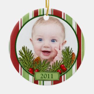 Primeras rayas del caramelo del navidad del bebé adorno navideño redondo de cerámica