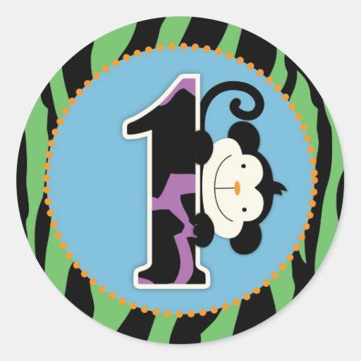 Primero de la magdalena del cumpleaños del mono de etiqueta redonda