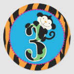 Primero de la magdalena del cumpleaños del mono de etiquetas redondas