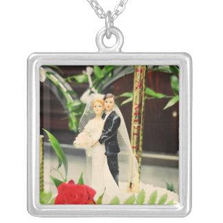 Primero del pastel de bodas de novia y del novio joyeria personalizada