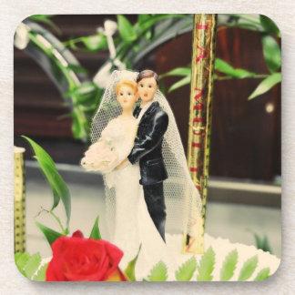 Primero del pastel de bodas de novia y del novio posavaso