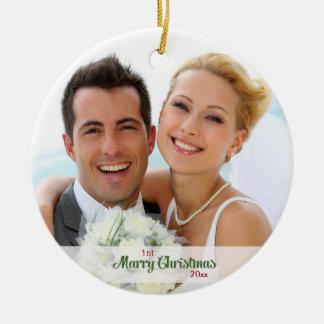 Primeros recienes casados del navidad junto adorno navideño redondo de cerámica