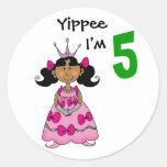 princesa de 5 años (pelo negro) etiqueta redonda